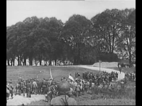 vídeos y material grabado en eventos de stock de delegation of soviet soldiers approaches delegation of allied soldiers as the forces meet in torgau germany at the elbe river during world war ii /... - 1945