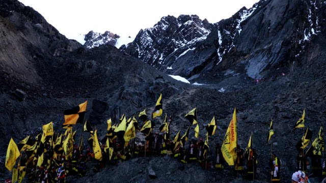 vídeos de stock e filmes b-roll de delegation stands on rocks were previously there was ice during the annual qoyllur rit'i festival on may 29, 2018 in ocongate, peru. every year,... - 18 19 years