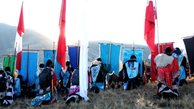 vídeos de stock e filmes b-roll de delegations wait for sunrise on the final day of the annual qoyllur rit'i festival on may 30, 2018 in mahuayani, peru. every year, since 1783 in the... - 18 19 years