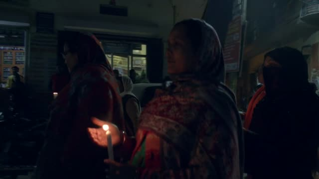 parents of victim ask courts why death sentences against perpetrators have not been carried out india delhi women marching along street holding... - verurteilung stock-videos und b-roll-filmmaterial