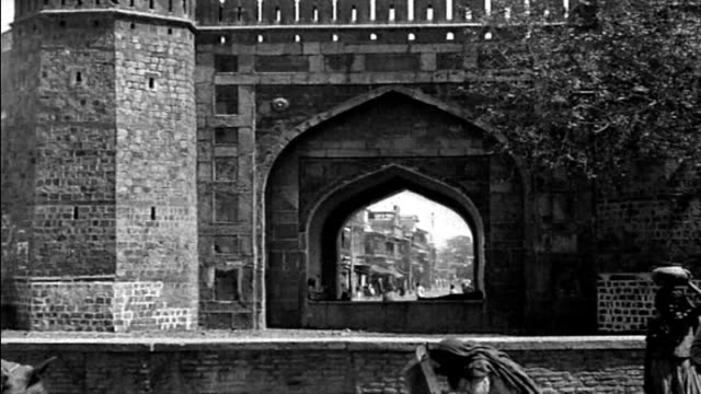 1925 delhi, india city gate - ox cart stock videos & royalty-free footage