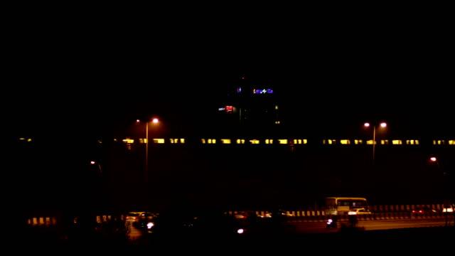 vídeos y material grabado en eventos de stock de delhi cruce de trenes de metro y el tráfico - vagón