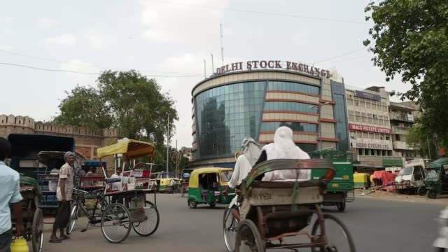 vídeos de stock, filmes e b-roll de delhi stock exchange was incorporated on 25 june 1947 / the exchange is an amalgamation of delhi stock and share brokers' association limited and the... - jinriquixá puxado por bicicleta