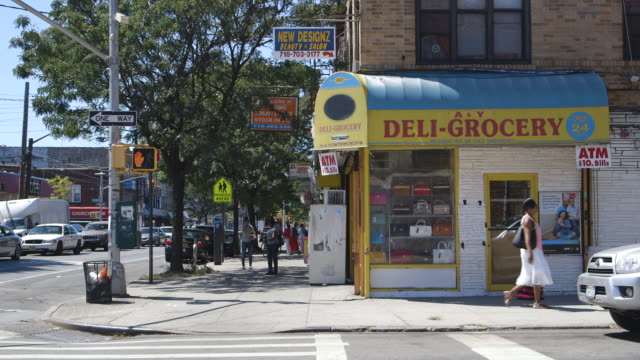 vídeos de stock, filmes e b-roll de deli on corner of brooklyn street, wide shot - brooklyn new york