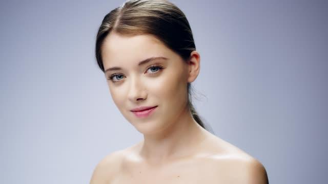 stockvideo's en b-roll-footage met delicate, verlegen vrouw gezicht huidverzorging - breekbaarheid