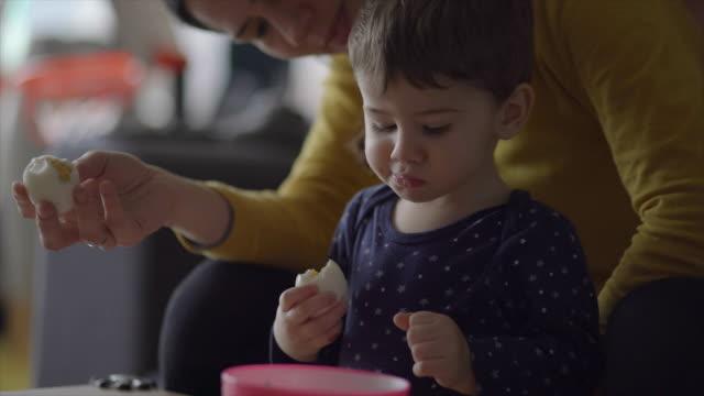 vídeos de stock e filmes b-roll de delicioso ovo - esfomeado