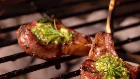 vídeos y material grabado en eventos de stock de deliciosa costilla gourmet nueva zelanda carré de cordero en una parrilla de fuego - asado alimento cocinado