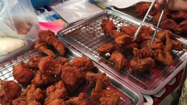 vídeos y material grabado en eventos de stock de delicioso pollo frito en el mercado callejero de tailandia - pollo frito