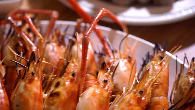 vídeos de stock, filmes e b-roll de deliciosos camarões grelhados serviram em um prato com molho de marisco picante. - bbq sauce