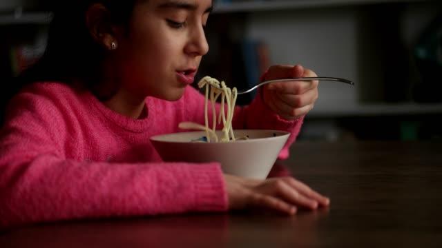 子供のためのおいしいパスタ - 10歳から11歳点の映像素材/bロール