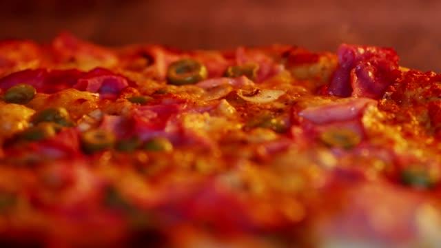 オーブンでおいしいピザ - 盛り付け点の映像素材/bロール