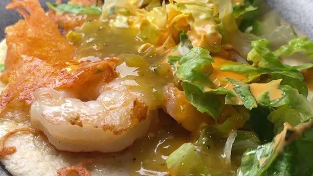 トウモロコシのトルティーヤにソースとおいしいエビストリートタコス - エビ料理点の映像素材/bロール