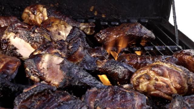 Cuisses de poulet Barbecue fumé délicieux, cuisson sur un gril ardent