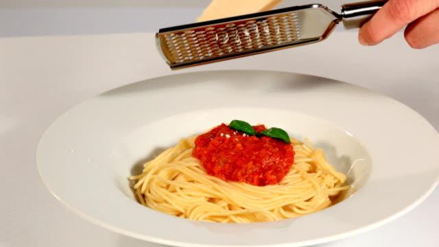 köstliche spaghetti bolognese - einige gegenstände mittelgroße ansammlung stock-videos und b-roll-filmmaterial