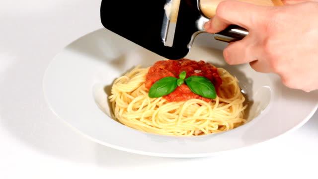 vídeos de stock, filmes e b-roll de delicioso espaguete à bolonhesa - comida salgada