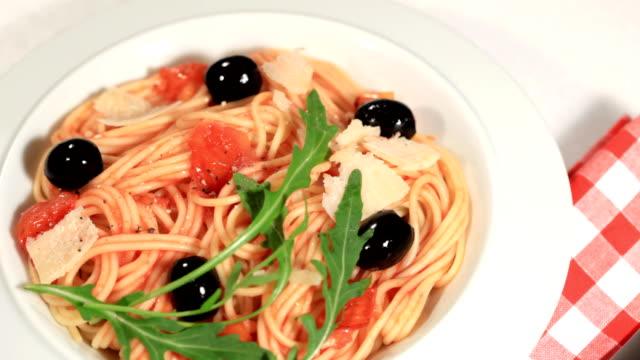 vídeos de stock, filmes e b-roll de delicioso espaguete puttanesca - comida salgada
