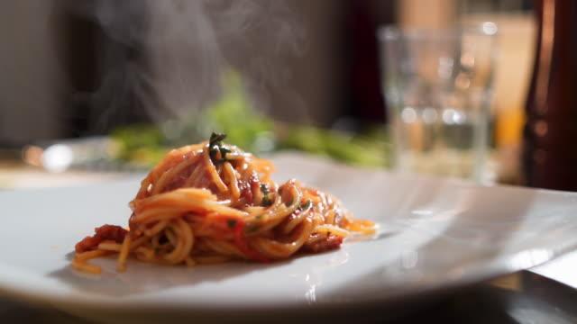 deliziosi spaghetti al sugo di pomodoro - tomato video stock e b–roll