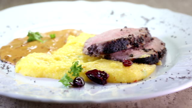 köstliches steak mit gemüse und püree-dolly-video - kalbfleisch stock-videos und b-roll-filmmaterial