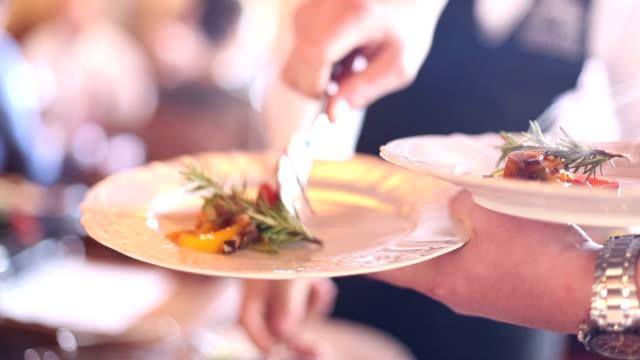 köstliches steak mit gemüse - kalbfleisch stock-videos und b-roll-filmmaterial