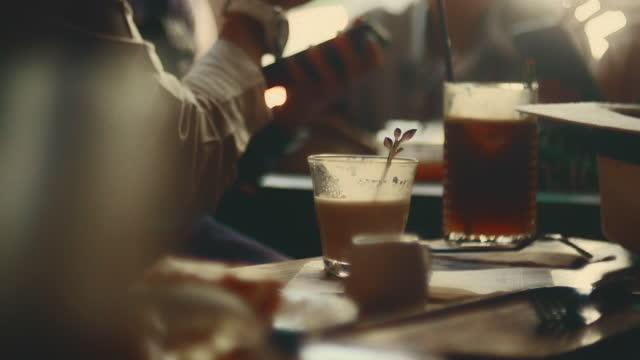 stockvideo's en b-roll-footage met heerlijk & werken - café eet en drink gelegenheden
