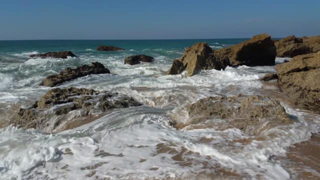 vídeos de stock e filmes b-roll de delightful beach with nobody - 50 segundos ou mais