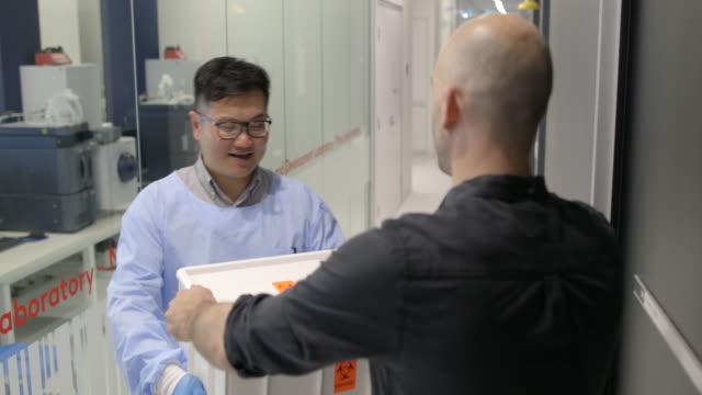 vídeos y material grabado en eventos de stock de entrega de una caja - material médico