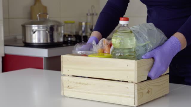 vídeos de stock, filmes e b-roll de entregando alimentos durante o isolamento - voluntário