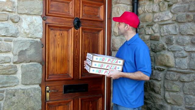 vídeos de stock, filmes e b-roll de oferece pizzas de uma casa-carrinho de - entregando
