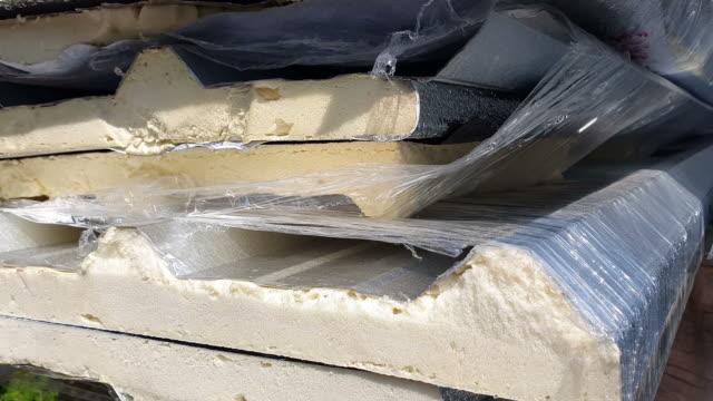 lieferung von dachblech zur baustelle - asbest stock-videos und b-roll-filmmaterial