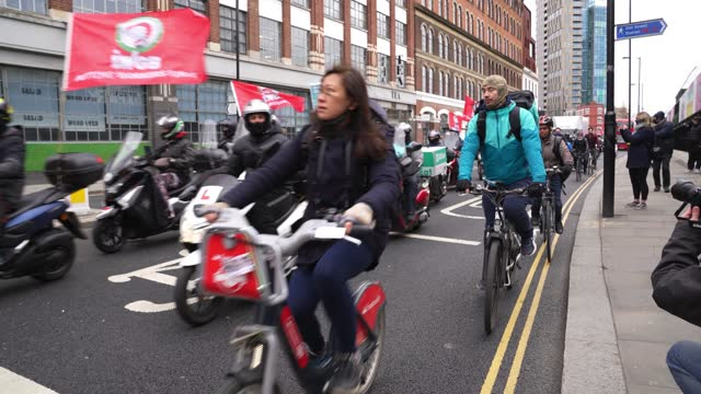 deliveroo riders protest in london for workers rights as company profits soar on april 7, 2021 in london, england. deliveroo riders strike for better... - making money stock videos & royalty-free footage