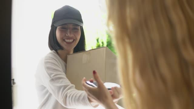 vídeos de stock, filmes e b-roll de garota de entrega - pacote arranjo