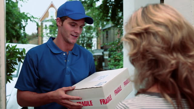 stockvideo's en b-roll-footage met delivery man delivering parcel - elektronische organiser