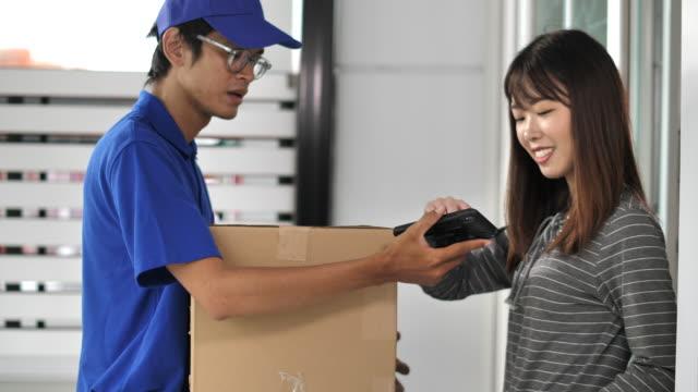 宅配人宅配便小包 - 小荷物点の映像素材/bロール