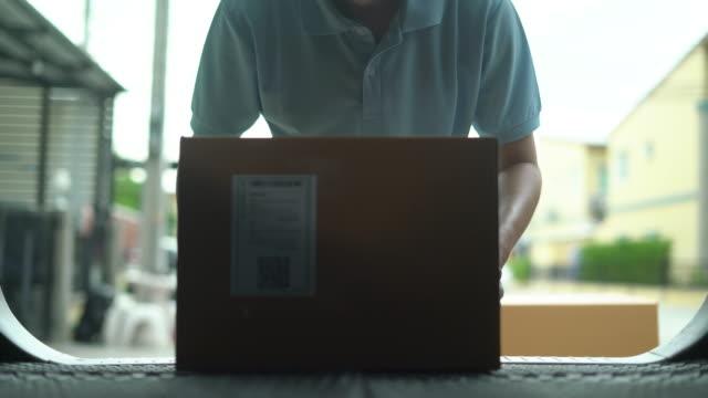 vídeos y material grabado en eventos de stock de delivery man cargando los paquetes en su coche - actividad física