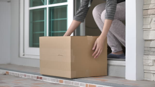 vídeos de stock e filmes b-roll de delivery man put package on doorstep - e commerce