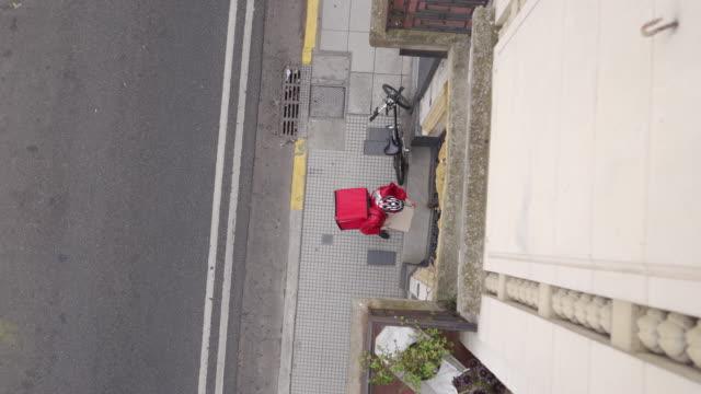 liefermann mit fahrrad - liefern stock-videos und b-roll-filmmaterial