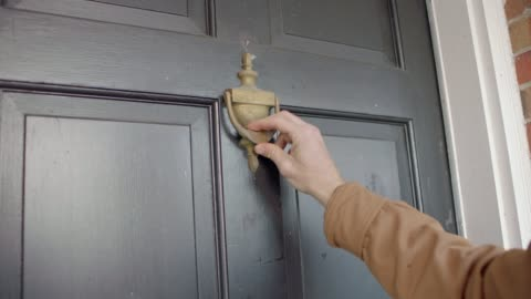vídeos y material grabado en eventos de stock de delivery man's hand raps door knocker four times. - huésped