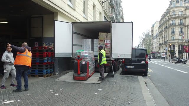 delivery of goods to a supermarket rue du faubourg saint antoine paris second day of confinement in francemarch 18 2020 in paris france parisians are... - delivering stock videos & royalty-free footage