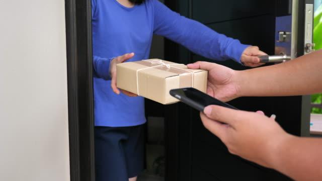 vídeos de stock, filmes e b-roll de pacote de entrega em casa, close-up - pacote arranjo