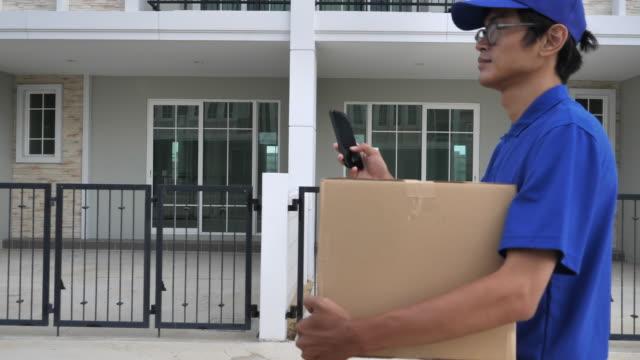 家の配達小包 - 配送、物流配達員 - 小荷物点の映像素材/bロール