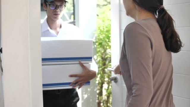 家、スローモーションで小包配達 - 段ボール箱点の映像素材/bロール