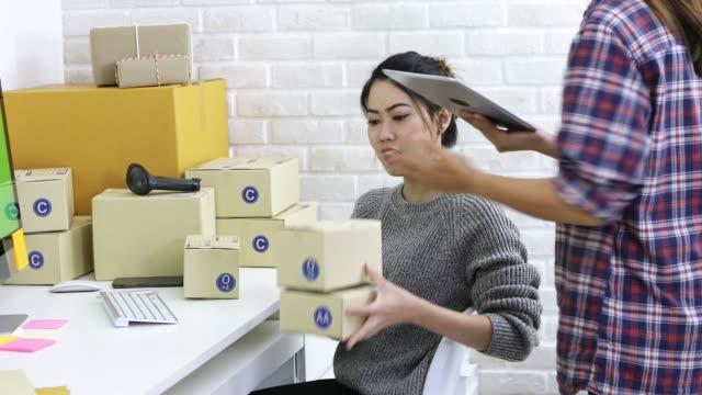 vídeos de stock, filmes e b-roll de entrega de pessoal entregue ao destinatário, comprar produtos alimentares on-line. - embalagem cartonada