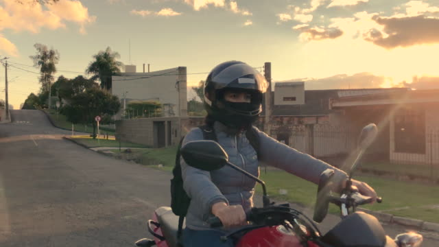 delivery woman riding a motorcycle - motoboy, motogirl - sports helmet stock videos & royalty-free footage