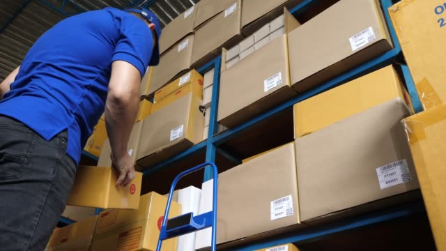 vídeos de stock, filmes e b-roll de caixa da terra arrendada do trabalhador de entrega - carteiro