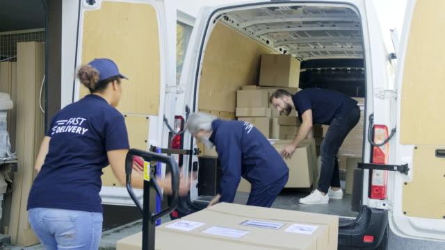 zusteller beim verladen von delivery van - hubwagen stock-videos und b-roll-filmmaterial