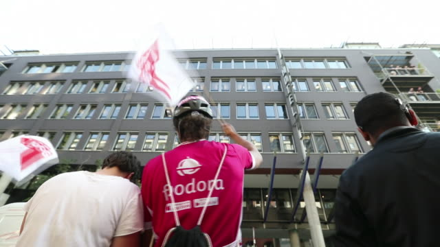 vidéos et rushes de delivery workers protesting against retreating of deliveroo from germany berlin germany on thursday august 22 2019 - casque de vélo