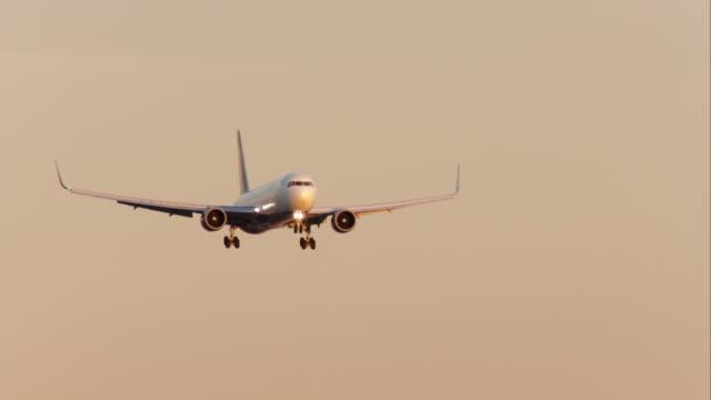 vídeos de stock e filmes b-roll de delta airlines boeing 767 landing at los angeles international airport, in late afternoon sunlight. - aterrar