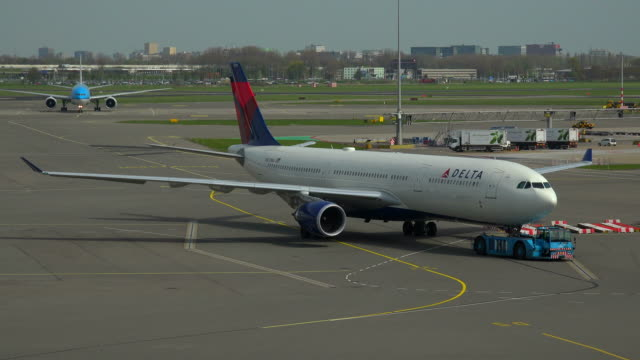 delta airlines jet at schiphol airport, amsterdam, south holland, netherlands - delta stock videos and b-roll footage