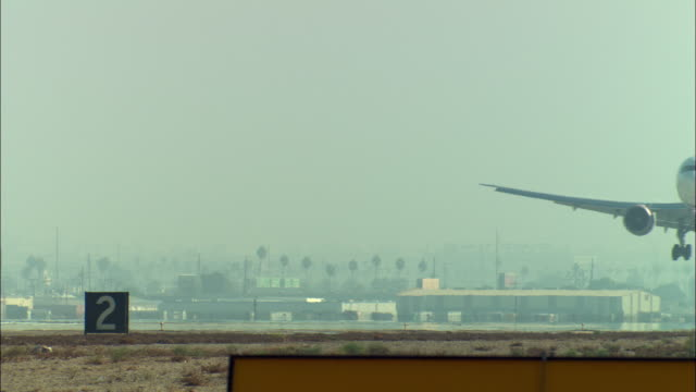 ms, delta airlines passenger jet landing on runway, los angeles, california, usa - delta air lines stock-videos und b-roll-filmmaterial