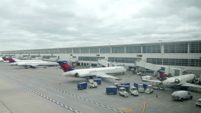 delta airlines planes at detroit airport - 制服点の映像素材/bロール